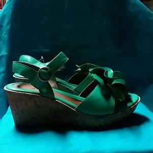 NEW WITH TAGS...GREEN BEAUTIFUL SANDALS